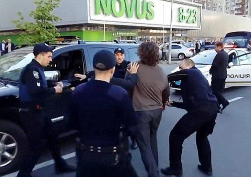 Cựu đô vật tay không hỗn chiến 7 cảnh sát - 1