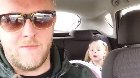 """Bé 4 tuổi phản ứng bất ngờ khi bố nhắc về """"bạn trai"""" - 2"""