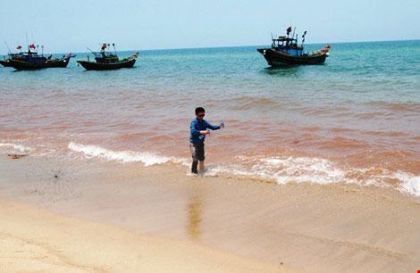 Phát hiện dải nước màu đỏ gạch dọc bờ biển Quảng Bình - 1