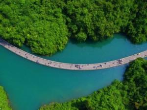 Lối đi bộ giữa sông đẹp chưa từng thấy ở TQ