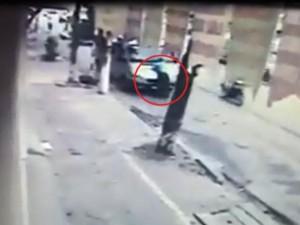Tin tức trong ngày - Thanh tra giao thông HN đánh đu trên cần gạt nước xe khách