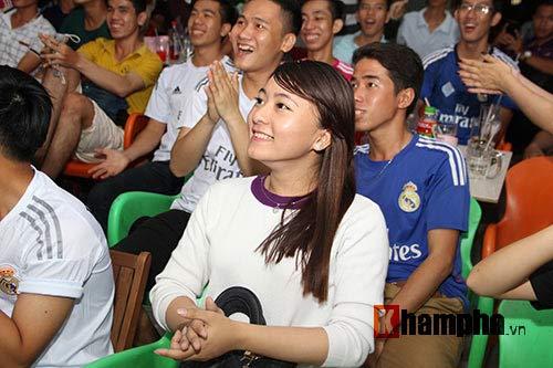 Fan nữ miền Tây ngây ngất vì Real vào chung kết - 11