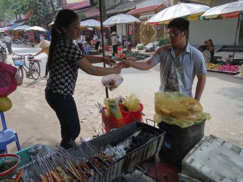 Lên Lạng Sơn nhớ ăn thử bánh mì nướng dầu hào - 3