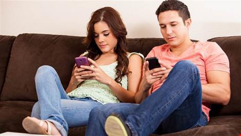 """Khi điện thoại """"hấp dẫn"""" hơn người ấy - 1"""