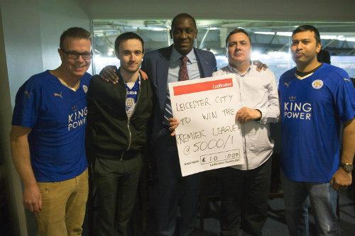 Nhiều fan vớ bẫm nhờ đặt cửa Leicester vô địch - 1