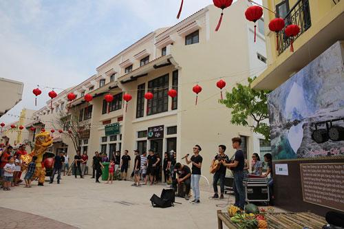 Giới trẻ Hạ Long thích thú khi đến Little Vietnam trong dịp nghỉ lễ - 3