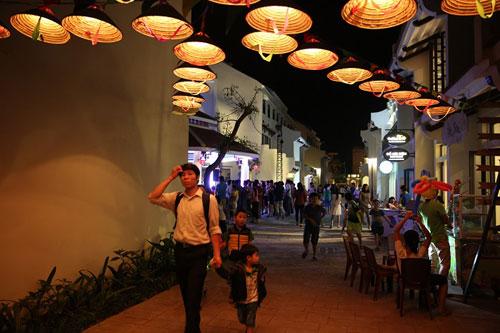 Giới trẻ Hạ Long thích thú khi đến Little Vietnam trong dịp nghỉ lễ - 4