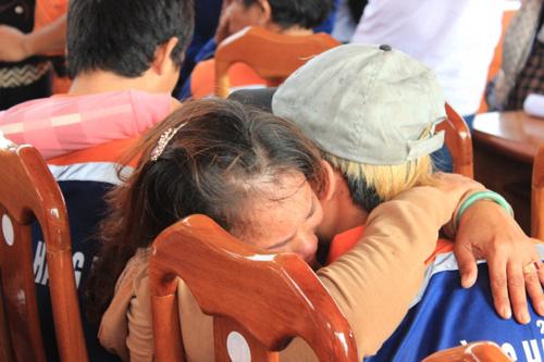 Đẫm nước mắt ngày gặp mặt 34 ngư dân gặp nạn ở Hoàng Sa - 9