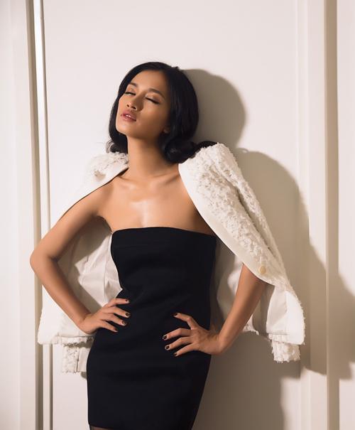 Ca sĩ Ái Phương đẹp cuốn hút với váy cúp ngực - 2