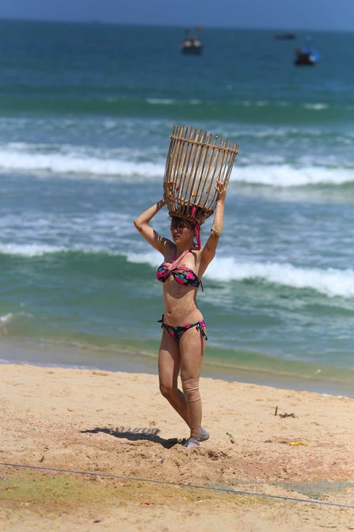 Hương Giang bối rối chăn vịt và diện bikini bắt bóng - 3