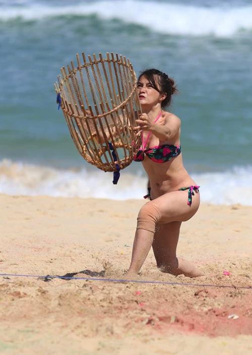 Hương Giang bối rối chăn vịt và diện bikini bắt bóng - 4