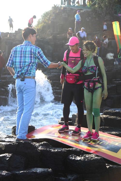 Hương Giang bối rối chăn vịt và diện bikini bắt bóng - 5
