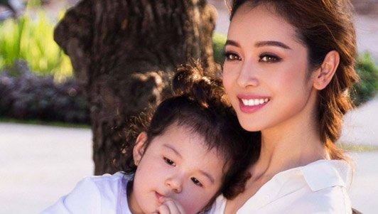 Clip: Jennifer Phạm khoe con gái út siêu dễ thương