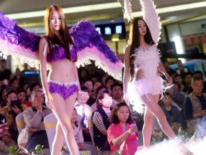 Bạn trẻ - Cuộc sống - Gái xinh Trung Quốc mặc nội y diễn giữa khu mua sắm