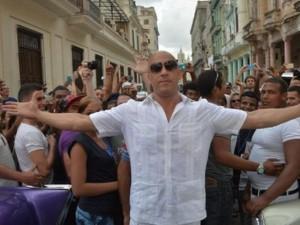 """""""Người hùng cơ bắp"""" bị bao vây ở Cuba khi quay Fast 8"""