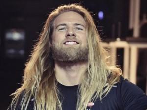 """Ngỡ ngàng với """"Nam thần Thor"""" siêu quyến rũ ngoài đời thực"""