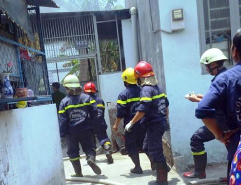Tai nạn hi hữu, xe máy đổ vào bếp ga mini phát hỏa - 1
