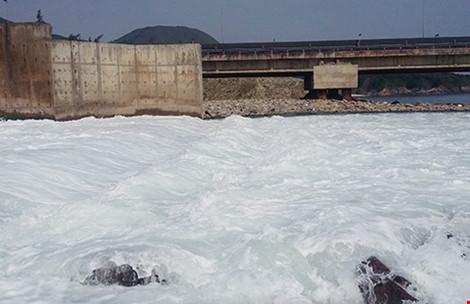 Hà Tĩnh phát hiện dải nước lạ dài khoảng 10 km - 1