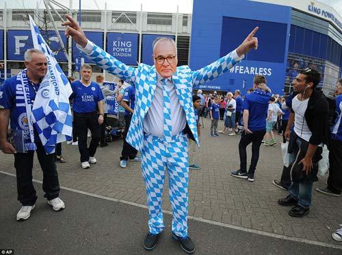 Leicester mở tiệc, học trò tắm sâm-panh cho HLV Ranieri - 4