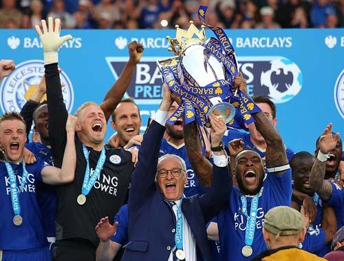 Leicester mở tiệc, học trò tắm sâm-panh cho HLV Ranieri - 8