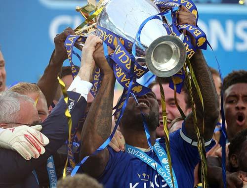 Leicester mở tiệc, học trò tắm sâm-panh cho HLV Ranieri - 9