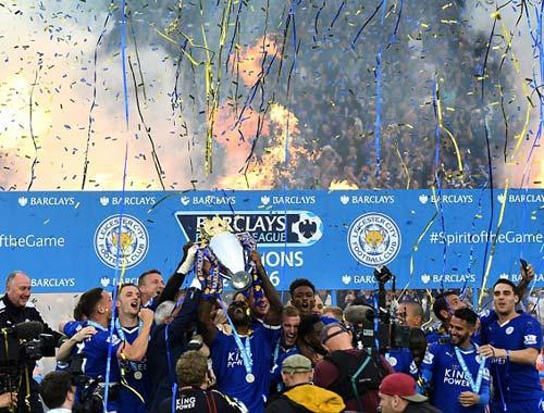 Leicester mở tiệc, học trò tắm sâm-panh cho HLV Ranieri - 10