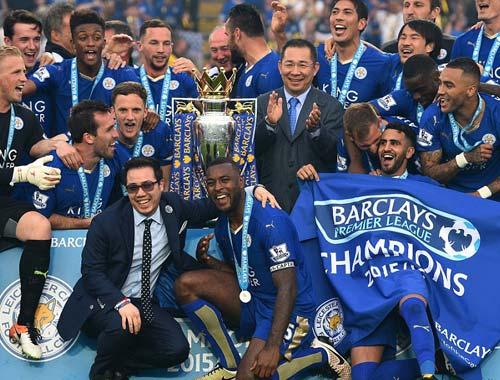 Leicester mở tiệc, học trò tắm sâm-panh cho HLV Ranieri - 11
