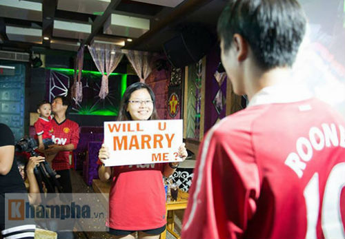 """""""Chao đảo"""" vụ fan nữ MU cầu hôn bạn trai ở Sài Gòn - 1"""