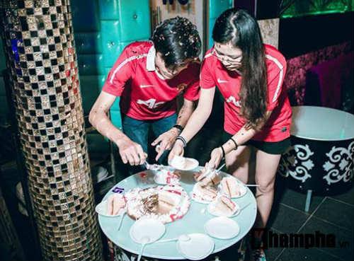 """""""Chao đảo"""" vụ fan nữ MU cầu hôn bạn trai ở Sài Gòn - 4"""