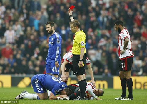 Nhận thẻ đỏ, Terry ném băng đội trưởng Chelsea - 1