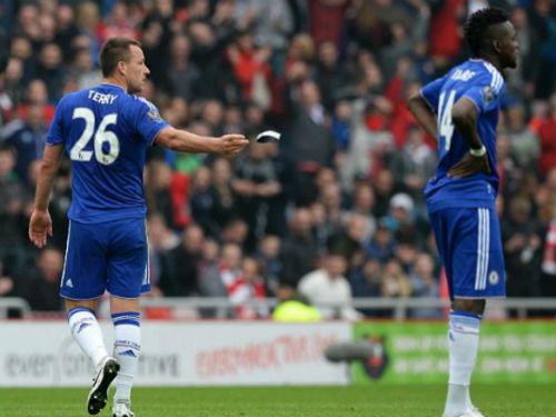 Nhận thẻ đỏ, Terry ném băng đội trưởng Chelsea - 2