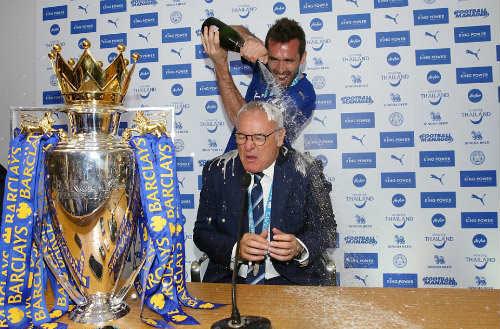 Leicester mở tiệc, học trò tắm sâm-panh cho HLV Ranieri - 1