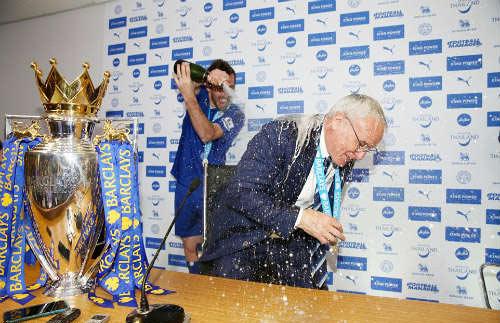 Leicester mở tiệc, học trò tắm sâm-panh cho HLV Ranieri - 2