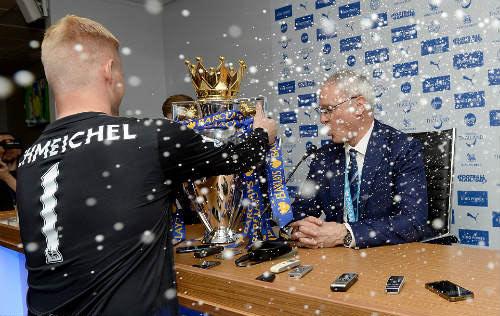 Leicester mở tiệc, học trò tắm sâm-panh cho HLV Ranieri - 3