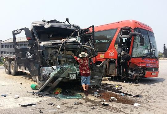 Xe khách và xe tải tông nhau, 6 người nhập viện - 1