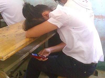 Học sinh dùng điện thoại khi tới trường: Hẹn hò, xem phim nhạy cảm - 1