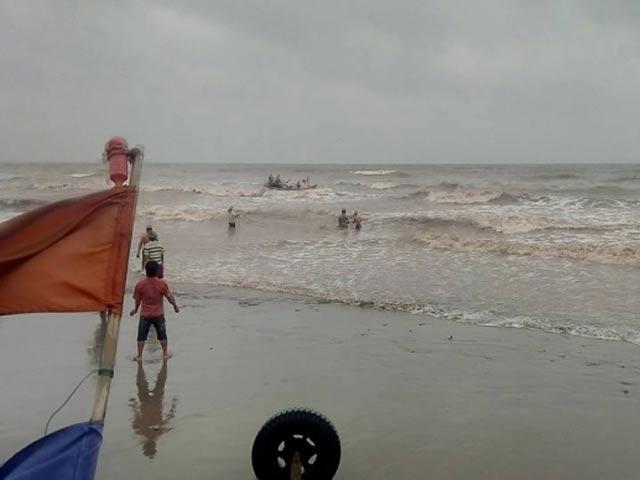 Rủ nhau tắm biển, 3 nam sinh lớp 11 mất tích - 2
