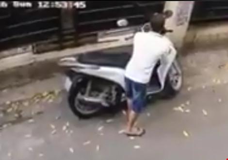 Trộm bẻ khóa, 'cuỗm' xe máy SH trong vòng 10 giây - 1