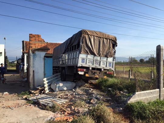 Hai xe tải đối đầu, 2 người tử vong tại chỗ - 3