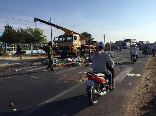 Hai xe tải đối đầu, 2 người tử vong tại chỗ - 1