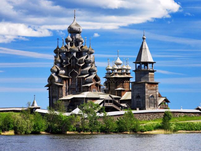 Nằm cạnh hồ Onega trên đảo Kizhi ở Nga, nhà thờ đạo Cơ đốc gây ấn tượng với kiến trúc độc đáo bao gồm 22 đỉnh vòm lớn nhỏ. Hòn đảo Kizhi cũng nổi tiếng với nhiều ngôi nhà được xây dựng bằng gỗ.