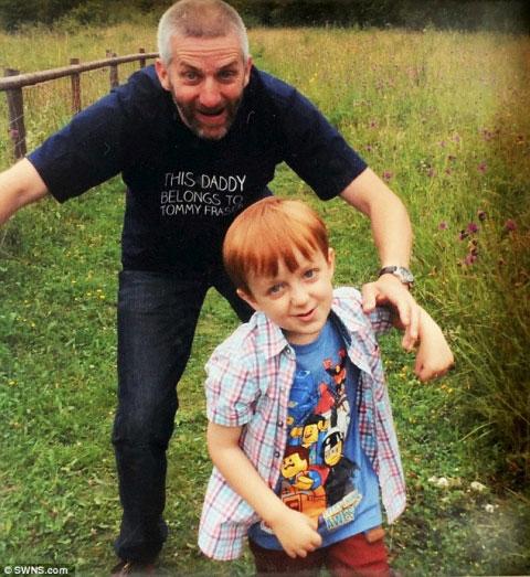 Xúc động cậu bé hàng ngày buộc dây giày cho cha mất trí - 1