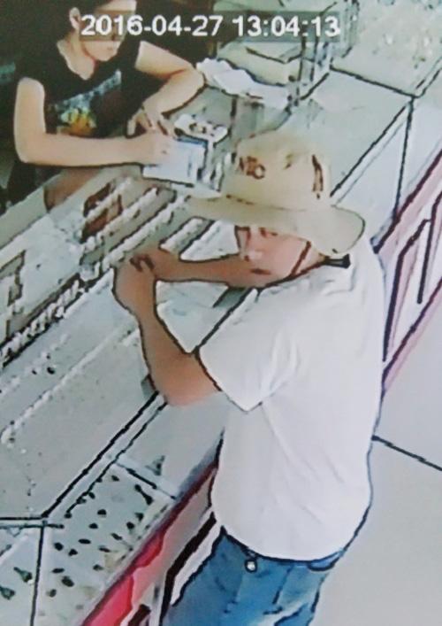 Trích xuất camera phát hiện kẻ tráo 6.000 USD ở tiệm vàng - 1