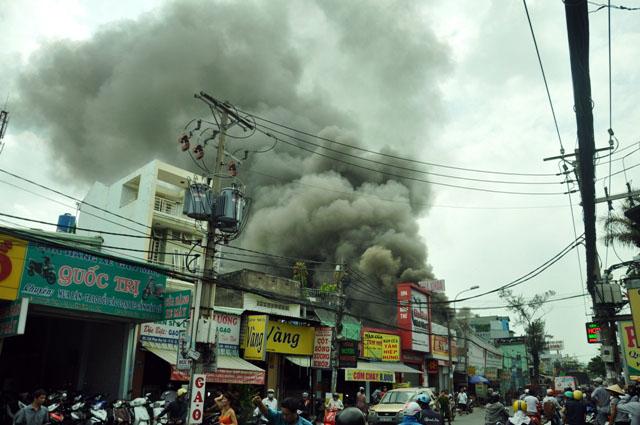Clip: Garage ô tô cháy dữ dội giữa trung tâm Sài Gòn - 1