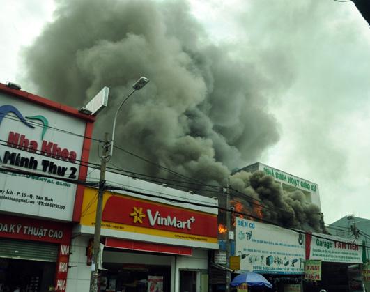 Clip: Garage ô tô cháy dữ dội giữa trung tâm Sài Gòn - 2