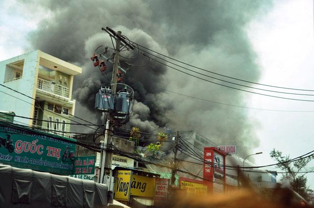 Clip: Garage ô tô cháy dữ dội giữa trung tâm Sài Gòn - 3