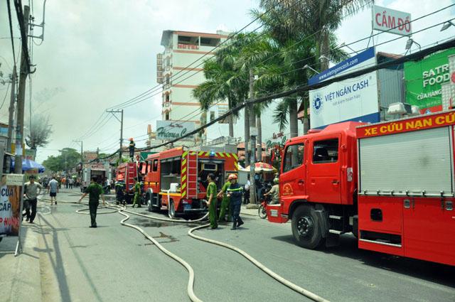 Clip: Garage ô tô cháy dữ dội giữa trung tâm Sài Gòn - 5