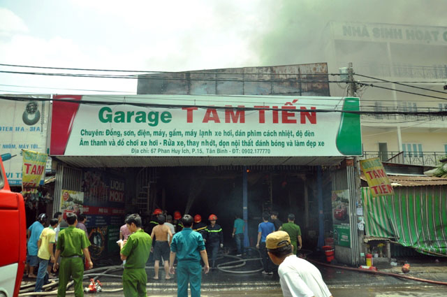 Clip: Garage ô tô cháy dữ dội giữa trung tâm Sài Gòn - 6