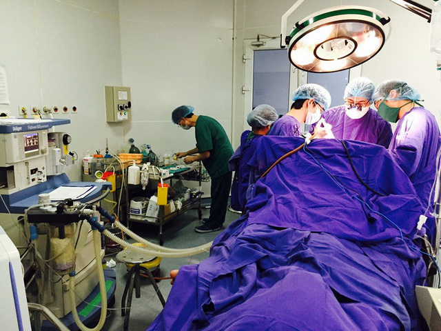 Công bố hình ảnh cứu sống thai phụ bị dao đâm vào đầu - 4