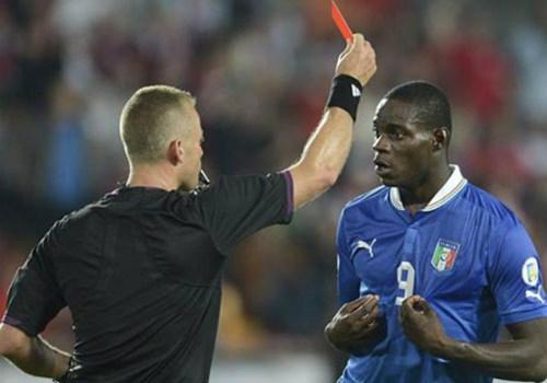 """Những """"cách tân"""" về luật bóng đá từ 1/6: Tâm điểm thẻ đỏ - 2"""